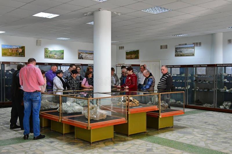 Miass, Tscheljabinsk-Region, Russland, November, 14, 2018 Leute auf der Exkursion in der Halle des Museums der Ilmensky-Reserve stockbild