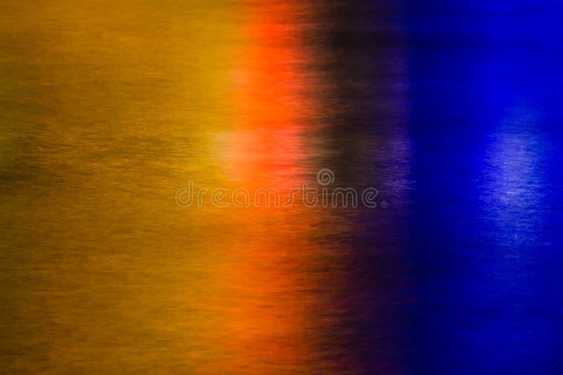 Miast światła odbijający w gładkiej wodzie zdjęcia stock