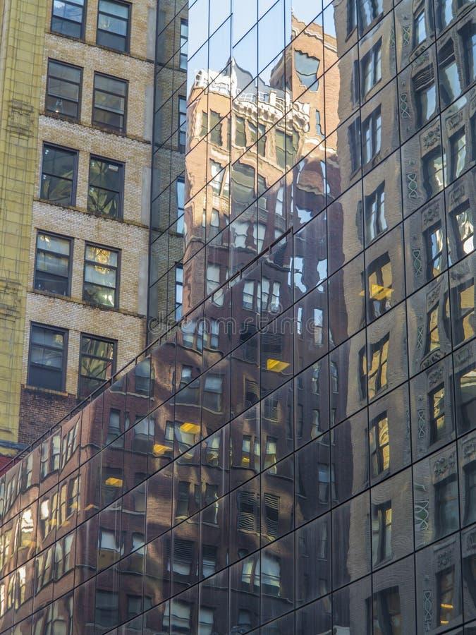 Miast odbicia na wysokim szklanym budynku na Manhattan zdjęcie stock