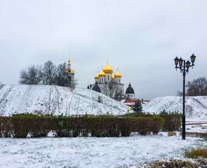 Miasta †‹â€ ‹dyszle zakrywający z śniegiem i wniebowzięcie katedrą w Kremlin w Dmitrov, Moskwa region, Rosja fotografia stock