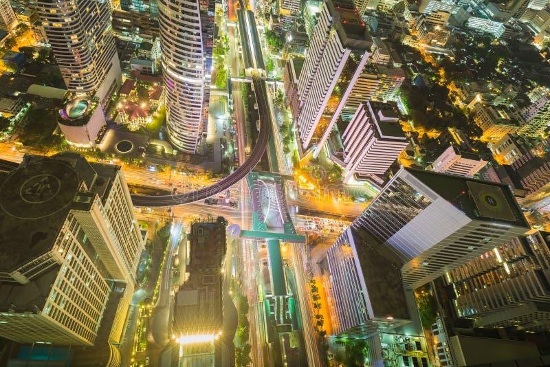 Miasta śródmieście przy nocą, Ptasich oczu Bangkok ruchu drogowego główna wymiana widok, Długi ujawnienie obraz stock