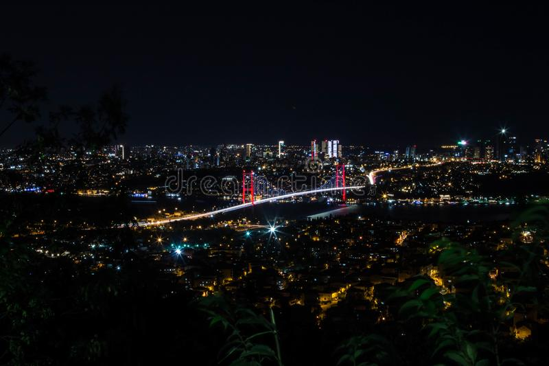Miasta światło i noc widok nad Istanbuł, Turcja 15th Lipa męczenników most - Bosphorus brid obraz royalty free