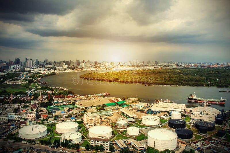 Miasta i przemysłowy przy rzeką zdjęcia stock