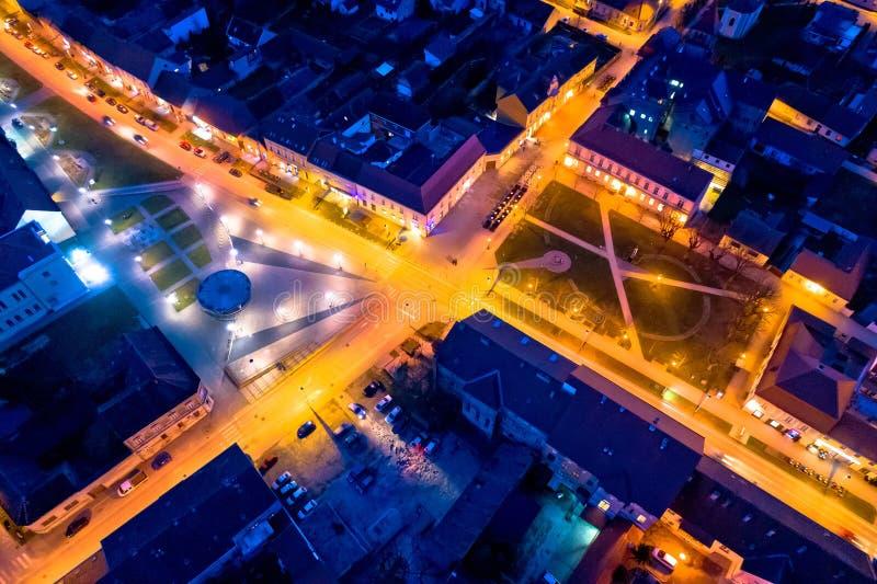 Miasteczko Krizevci głównego placu nocy powietrzny widok zdjęcia royalty free
