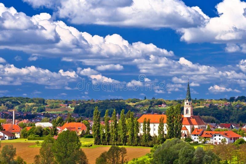 Miasteczko Krizevci katedra i zieleń krajobrazowy widok zdjęcia royalty free