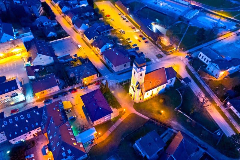 Miasteczko Krizevci kwadrata i kościół nocy powietrzny widok obraz stock