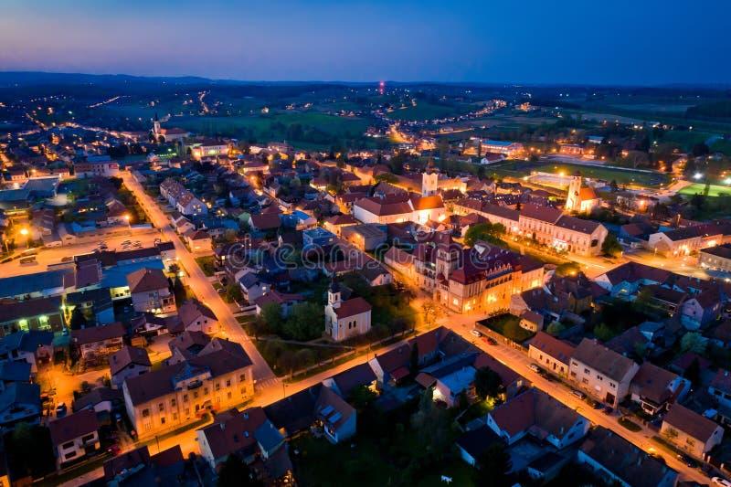 Miasteczko Krizevci nocy powietrzny panoramiczny widok obrazy royalty free