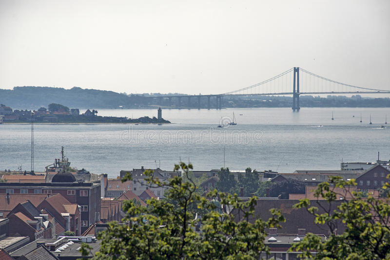 Miasteczko, latarnia morska i most, obrazy stock