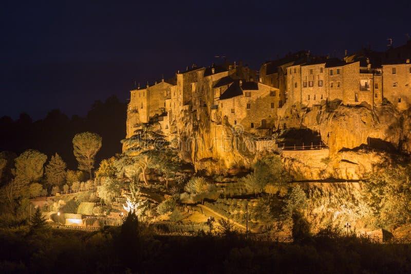 Miasteczko Pitigliano przy nocą obrazy stock