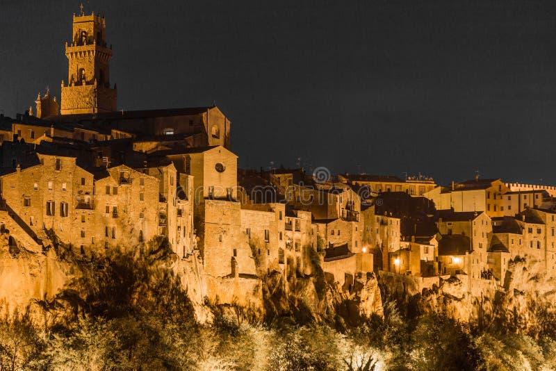 Miasteczko Pitigliano przy nocą obraz stock