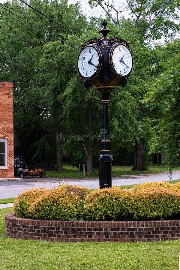 Miasteczko zegar na Main Street obraz stock