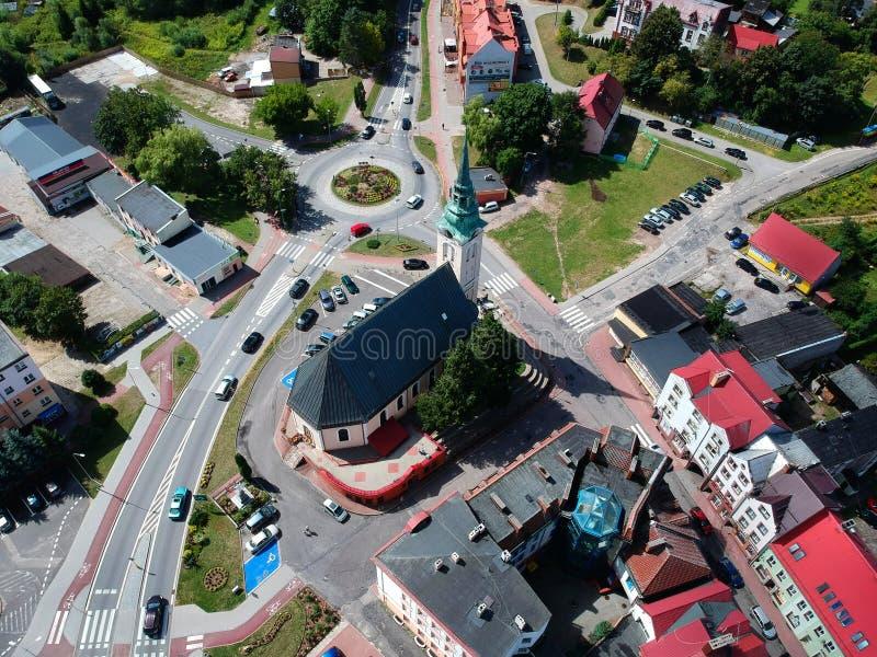 MIASTKO, POLONIA - 5 de agosto de 2018 - opinión aérea sobre la ciudad de Miastko con la iglesia y el cruce giratorio barrocos de foto de archivo libre de regalías