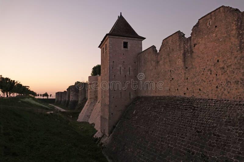 Miasto ściany średniowieczny Provins przy zmierzchem w Francja fotografia stock
