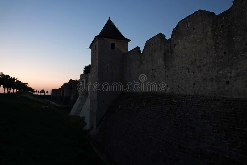Miasto ściany średniowieczny Provins przy zmierzchem w Francja obrazy stock