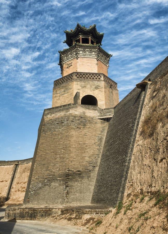 Miasto ściany wierza fort z niebieskim niebem przy Pingyao Antycznym miastem, Chiny obraz royalty free