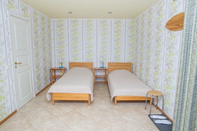 Miasto Amatciems, Latvian republika Gościa pokój z czystą łóżkową pościelą łóżkami i Dom na wsi na zewnątrz miasteczka Podróży fo fotografia royalty free