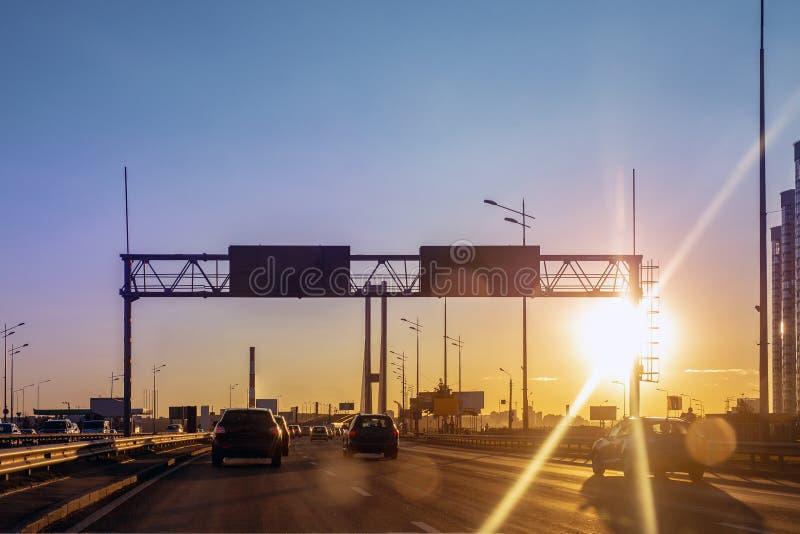 Miasto autostrady droga z ruchliwie ruchem drogowym przy zmierzchu wieczór czasem Piękny metropolia pejzaż miejski z dramatyczny  zdjęcia royalty free