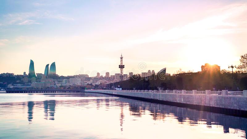 Miasto Baku na zachodzie słońca Panoramiczny widok linii narciarskiej z boulevard, filr i Flame w tle Stolica obraz stock
