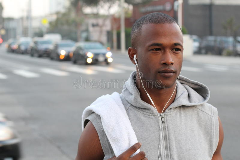 Miasto biegacz - miastowego nowojorczyka amerykanina afrykańskiego pochodzenia męski bieg w ruchliwej ulicie w Nowy Jork NYC Młod zdjęcie stock