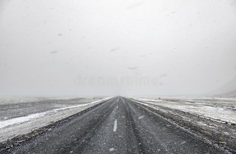miasto blisko kolejowych drogowych połysk snow słońce zima drewno zdjęcia stock
