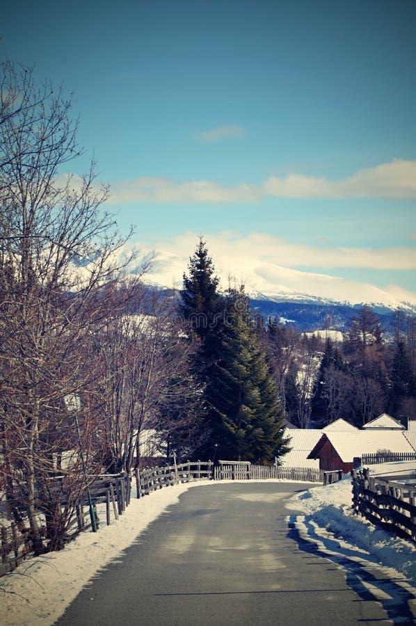miasto blisko kolejowych drogowych połysk snow słońce zima drewno obrazy royalty free