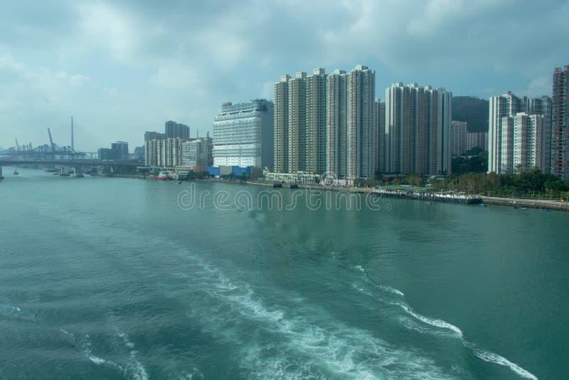 miasto blisko morza Fale na wodzie od łodzi żeglowali daleko od, wielki most w odległości obrazy royalty free