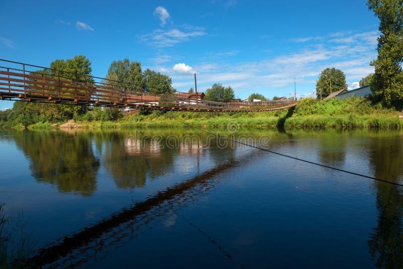 Miasto Borovichi, zawieszenie most nad rzecznym Msta zdjęcie stock