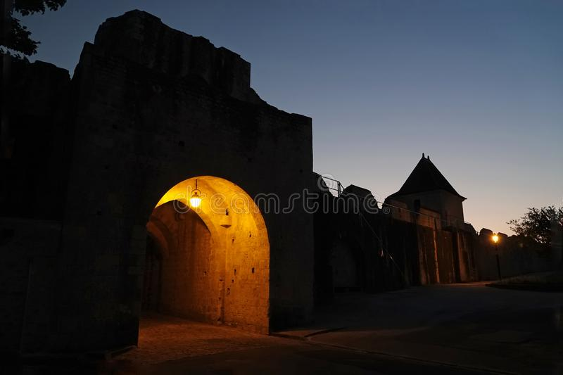 Miasto bramy średniowieczny Provins przy nocą w Francja zdjęcia stock