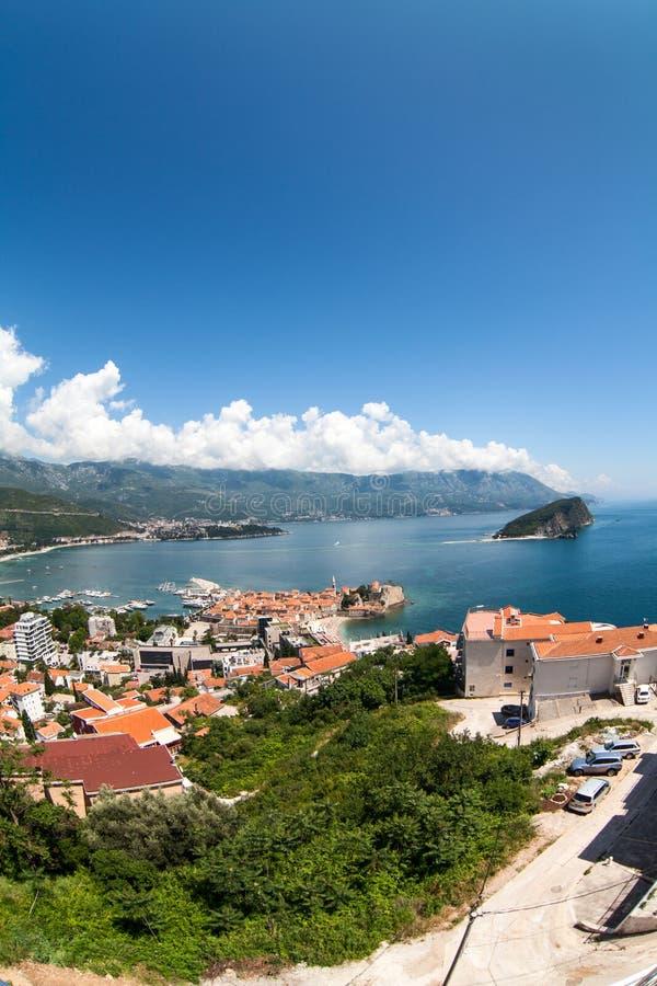 Miasto Budva z starym miasteczkiem z warownymi ścianami i czerwień dachami Widok z góry, szeroki kąt Adriatycki morze, Montenegro zdjęcia royalty free