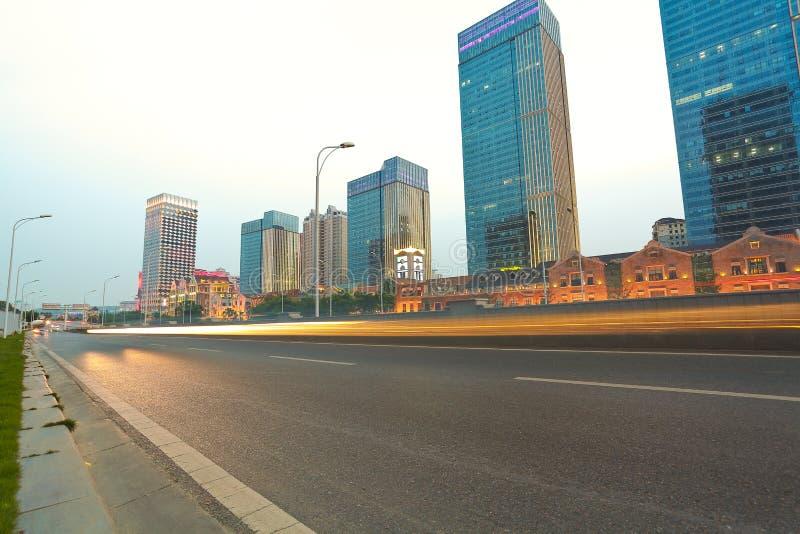 Miasto budynku uliczna scena i drogowa powierzchnia zdjęcia stock