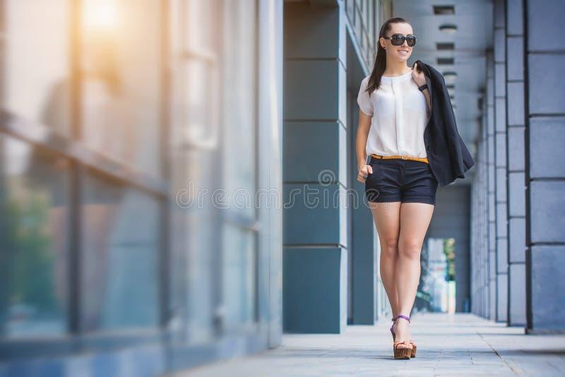 miasto chodząca kobieta fotografia royalty free