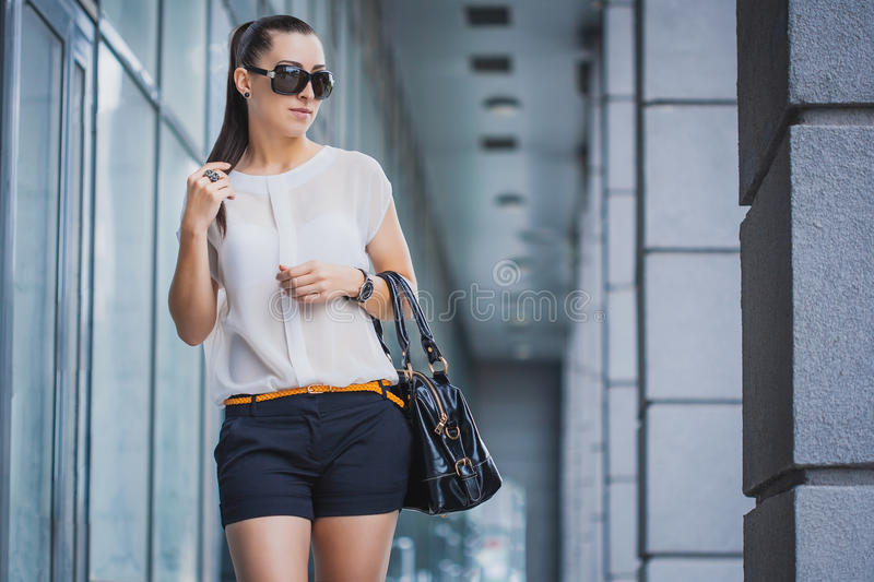 miasto chodząca kobieta zdjęcie stock