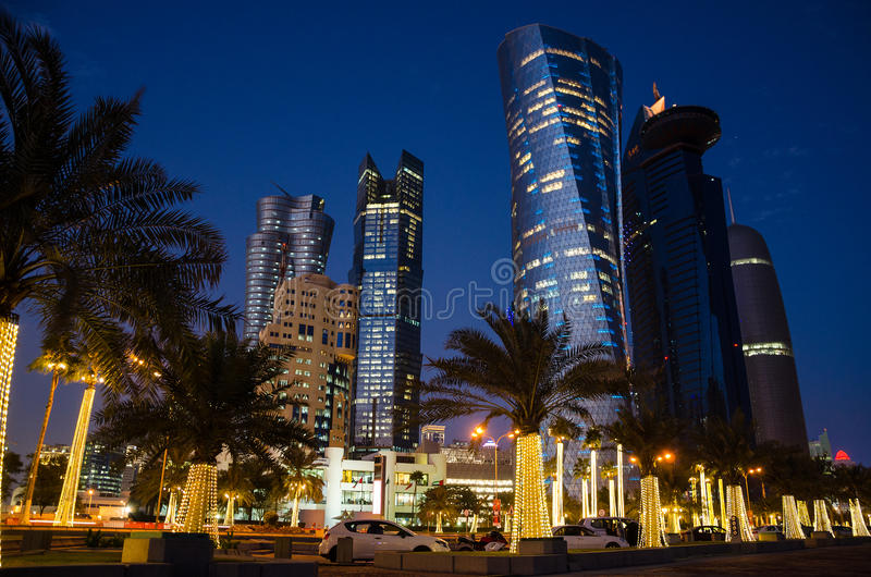 Miasto Doha, Katar przy nocą fotografia royalty free