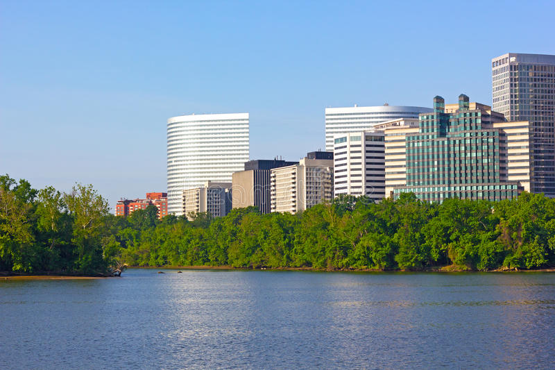 Miasto drapacze chmur na Virginia stronie Potomac rzeka obrazy royalty free