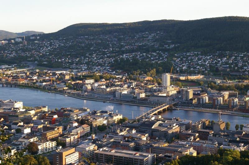 Miasto dzielący rzeką obraz royalty free