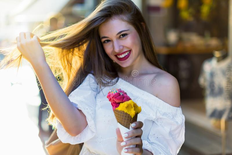 Miasto dziewczyna cieszy się lato w mieście fotografia stock