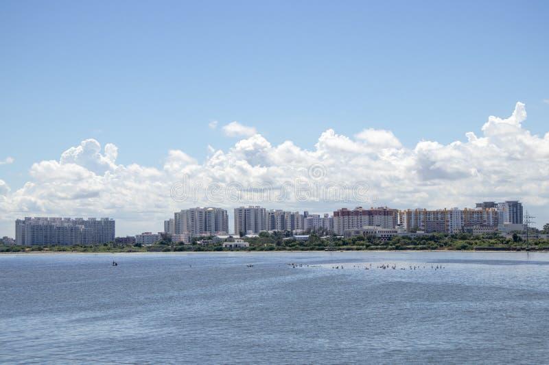 Miasto głąbika mieszkania wzdłuż jeziora i budynki obraz stock