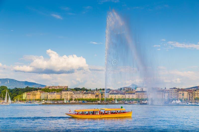 Miasto Genewa z sławną Dżetową d'Eau fontanną przy zmierzchem, Szwajcaria zdjęcie royalty free