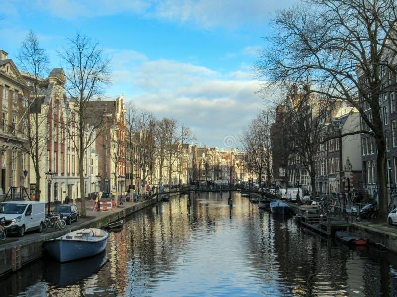 Miasto kanał w Amsterdam z łodziami i cegłą mieści odbijać w wodzie zdjęcia royalty free