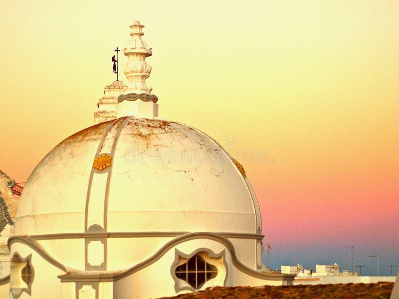 Miasto kościół Olhao w Portugalia w wieczór z zmierzchem obrazy stock