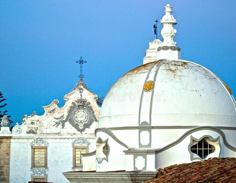 Miasto kościół Olhao w Portugalia w wieczór z zmierzchem obraz stock