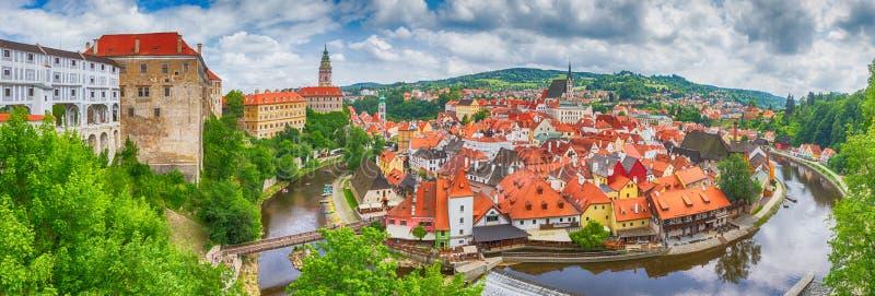 Miasto krajobraz, panorama, sztandar - widok nad dziejową częścią Cesky Krumlov z Vltava rzeką w lato czasie obraz stock