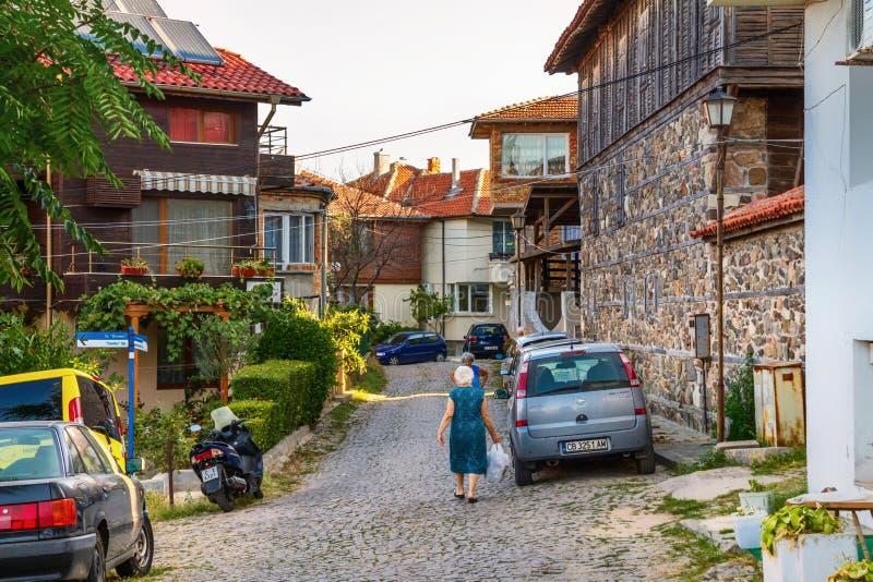 Miasto krajobraz - Starsze damy w ulicach stary miasteczko Sozopol zdjęcie stock