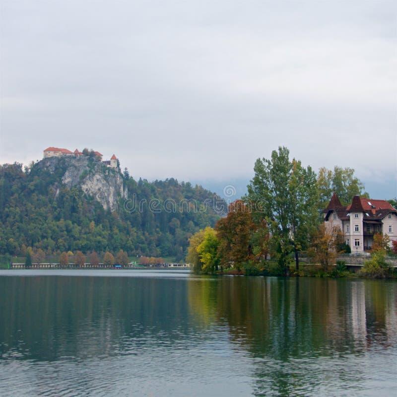 Miasto Krwawić otaczający jezioro Krwawiący z Krwawiącym kasztelem na urwisku fotografia royalty free
