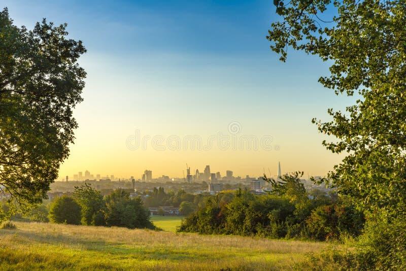 Miasto Londyński pejzaż miejski przy wschodem słońca z wczesny poranek mgłą od Hampstead wrzosowiska Budynki zawierają czerep, ko fotografia stock