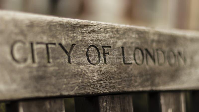 Miasto Londyn grawerował na ławce zdjęcia royalty free