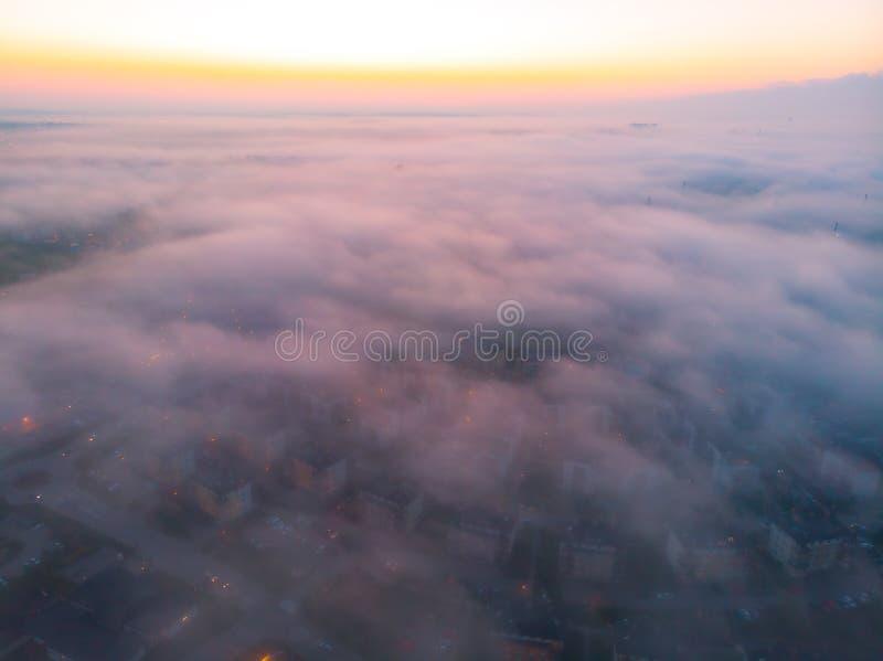 Miasto mgła z góry zdjęcia stock