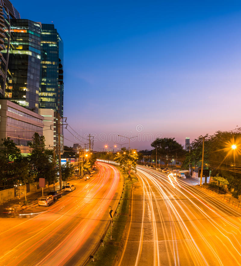 miasto nocy nowoczesnej scena Budować i lekki ślad na drogowym dowcipie obraz stock