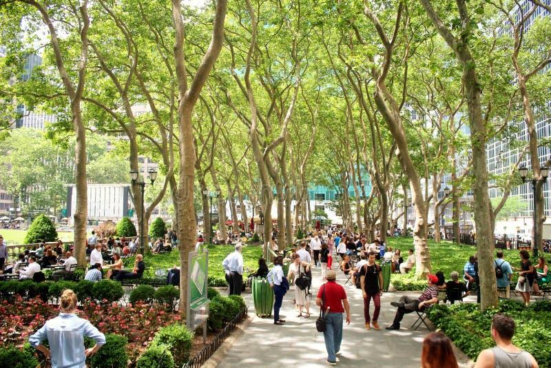 Miasto Nowy Jork Bryant park zaludnia odprowadzenie i relaksować w Bryant parku - Czerwiec 19, 2017 - obrazy royalty free
