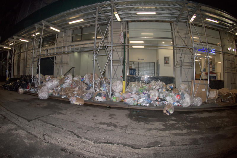 MIASTO NOWY JORK, CZERWIEC - 16 2015: Śmieci na ulicie przy nocą obraz royalty free